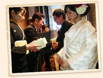 結婚式での名入れプレゼントを渡している風景